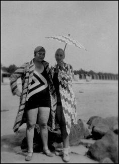 Sonia Delaunay und Sophie Taeuber-Arp in Strandmode von Sonia Delaunay, Agosto 1929