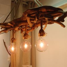 φωτιστικό οροφής από θαλασσόξυλα σε φέτα κορμού..