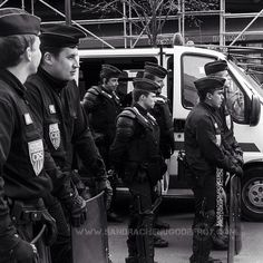 CRS en attente lors des manifestations anti-CPE [Ref:2006-04-04_antiCPE_00012_75] #Policenationale #policier #police #CRS #bonnetdepolice #mo #manifestation #antiCPE