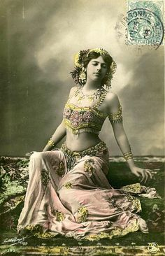 "Mata Hari Margaretha Geertruida ""Margreet"" MacLeod – a. Mata Hari, was a Dutch Frisian exotic dancer and courtesan who was convicted of being a spy and executed during World War I. Vintage Gypsy, Mode Vintage, Vintage Beauty, Vintage Ladies, Vintage Dance, Mata Hari, Bohemian Gypsy, Gypsy Style, Des Femmes D Gitanes"