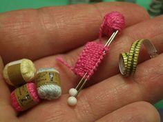 Miniture yarn, needles, knitting and a measuring tape. enrHedando: Como hacer Miniaturas Tutoriales y Tecnicas Miniature Crafts, Miniature Houses, Miniature Dolls, Dollhouse Miniature Tutorials, Miniature Furniture, Doll Furniture, Diy Dollhouse, Dollhouse Miniatures, Victorian Dollhouse