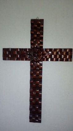 Cruz tallada en madera por FDMNDZ.