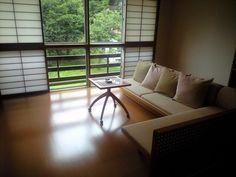 座面を低めに抑え「床に近い和の暮らし」を演出する、直線的なデザインのソファ。あえて洋風のテーブルを添えて和モダンな印象を高めています。