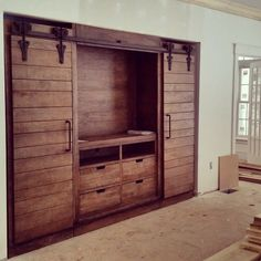 Decorate your room in a new style with murphy bed plans Wooden Pallet Projects, Wooden Pallet Furniture, Diy Furniture Projects, Wooden Pallets, Pallet Tv, Cheap Furniture, Furniture Stores, Rustic Closet, Wooden Closet
