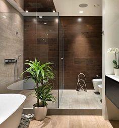Uma sala de banho com espaços amplos e muito confortáveis. A banheira foi…