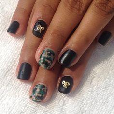 Matte Black x Camo x Bow Charm @nessuhperez13 #nailart #camo #charms #nicenailsfornicepeople  (at Hey Nice Nails)