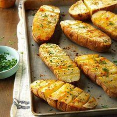 Batatas temperadas no forno As batatas são um acompanhamento perfeito para quase qualquer prato ... Quer seja carne ou peixe no menu, a batata é o complemento perfeito. Aqui está uma receita saborosa de batatas no forno. INGREDIENTES: 4 batatas grand