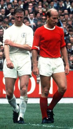 Bobby Charlton, Manchester United (& Brother Jack) -the classic outfit- Football Icon, Retro Football, World Football, Vintage Football, Jack Charlton, Bobby Charlton, Leeds United Fc, Manchester United Players, Man Utd Fc