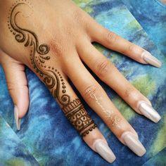 For More Poppin Pin👌🔥 Follow BBYG💍💙 Cute Henna Designs, Henna Tattoo Designs Simple, Finger Henna Designs, Beginner Henna Designs, Mehndi Designs For Girls, Beautiful Henna Designs, Henna Tattoo Hand, Henna Body Art, Hand Tattoos