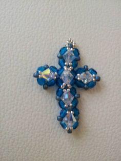 Kreuz-Anhänger aus Perlen und Swarovski Steinen - ein Geburtstagsgeschenk für eine Freundin