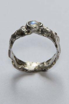 Grove zilveren ring met maansteen. Van: Ringen - Marja Schilt