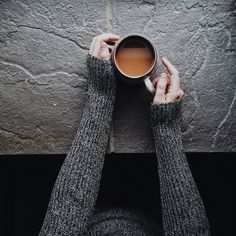 Hands in grey jumper holding cup of tea on a slate surface Coffee Tasting, Coffee Drinks, Coffee Cups, Tea Cups, Cup Of Tea, Yuban Coffee, Ninja Coffee, Coffee Girl, Coffee Maker