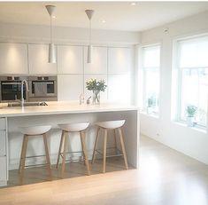 HAY About A Stool højstole. Passer fint ind i køkkenet! Stylish Kitchen, Modern Kitchen Design, Interior Design Kitchen, Home Decor Kitchen, New Kitchen, Home Kitchens, Kitchen Stools, Kitchen Cabinets, Sweet