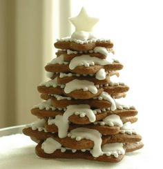 Gingerbread Christmas Tree! This would make a great center piece for Christmas dinner :)