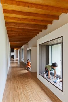Built by HIBINOSEKKEI,Youji no Shiro in , Japan with surface Images by Studio Bauhaus. Classroom Architecture, Wooden Architecture, Education Architecture, School Architecture, Interior Architecture, Kindergarten Interior, Kindergarten Design, Interior Windows, Interior Exterior