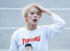 Minhyuk es el tipo de chico que pone emojis a todos los mensajes que envía