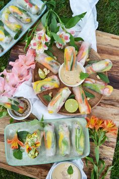 These vegan summer rolls with mango and mint are the perfect light dinner for hot summer days. They're healthy, fresh, low in calories, and super delicious! Oh, how I love healthy vegan recipes like this one! Easy Soup Recipes, Whole Food Recipes, Vegetarian Recipes, Cooking Recipes, Healthy Recipes, Lunch Recipes, Tofu Recipes, Vegan Vegetarian, Vegan Picnic