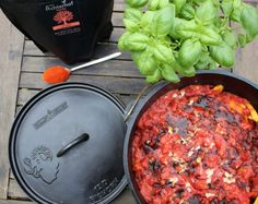 Der Dutch Oven im Winter: Mountain Meatballs - Paella Rezepte Pulled Pork Oven, Pulled Pork Recipes, Oven Inspiration, Jamie Oliver, Grill N Chill, Pork Recipes For Dinner, Diy Grill, Dutch Oven Cooking, Good Food