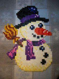 Winter snowman hama perler beads by Nath Hour Easy Perler Bead Patterns, Fuse Bead Patterns, Beading Patterns, Christmas Perler Beads, Christmas Yarn, Pixel Beads, Fuse Beads, Pixel Art Noel, Hamma Beads Ideas