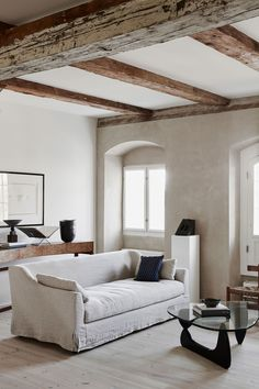 The stunning home of renowned architect Danielle Siggerud has captivated the design industry, her soulful yet minimalist spaces are both contemporary and classic Living Room Decor Inspiration, Classic Living Room, Modern Interior Design, Family Room, Living Spaces, House Design, Loft, Decoration, Minimalist Sofa