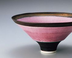 Bowl decorated with pink lines Lucie Rie Glass Ceramic, Ceramic Bowls, Ceramic Pottery, Play Clay, Japanese Ceramics, Japan Art, Tea Bowls, Vase, Ceramic Artists