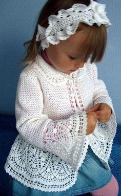 Красивый жакет для девочки, рукава и низ отделаны широким ажурным узором