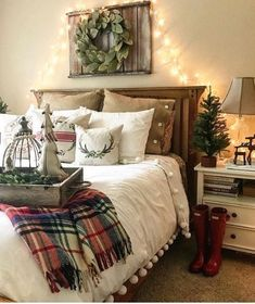 The farmhouse bedroom decoration style is about keeping the things simple an organic. It is classic, elegant and comfortable at the same time. The farmhouse bedroom design allows you to decorate with variety of accessories and furnishings that add a touch Rustic Home Decor, Decor, Bedroom Decor, Christmas Home, Home, Farmhouse Bedroom Decor, Bedroom Design, Christmas Bedroom, Home Decor