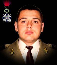 """Sublocotenentul (pm) Dan Ciobotaru 23 iunie 2010  Sublocotenentul (pm) Dan Ciobotaru şi-a pierdut viaţa în timpul unei misiuni de luptă pe autostrada A1 Kabul-Kandahar din Afganistan. Autovehiculul de tip HUMVEE în care se afla a fost atacat cu un dispozitiv exploziv improvizat, acţionat de la distanţă. A fost decorat cu Ordinul Naţional """"Steaua României"""" în grad de Cavaler, cu însemn de razboi, pentru militari."""
