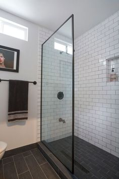 Subway tiles bathroom ideas black and white subway tile bathroom Grey Grout Bathroom, Black Tile Bathrooms, White Subway Tile Bathroom, Subway Tile Showers, Grey Subway Tiles, Bathroom Tile Designs, Bathroom Floor Tiles, Bathroom Interior Design, Modern Bathroom