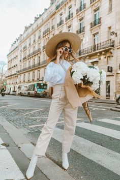 Pair this season's white ankle boots with almost anything in your wardrobe to look on-trend. Here's my top tips on how to style white ankle boots. Spring Summer Fashion, Spring Outfits, Autumn Fashion, Spring Wear, Love Style Life, My Style, Mode City, Louise Ebel, Look Office