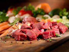 Rinderbrühe Basisrezept zum Selbstkochen  Rinderbrühe selbst zubereiten bedeutet etwas mehr Aufwand als schnell ein wenig Instant-Brühepulver in heißes Wasser einrühren. Aber der Aufwand lohnt sich, denn der Geschmack ist unvergleichlich!   http://einfach-schnell-gesund-kochen.de/rinderbruehe-basisrezept/