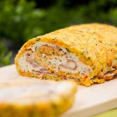 Die Gemüserolle mit Kräuterquarkfüllung ist ein low-carb Rezept welches ausgezeichnet warum und kalt genossen werden kann. Zudem ist es glutenfei.