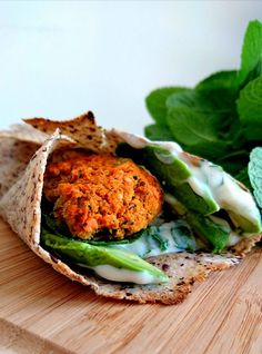 Wraps aux graines de lin garnies de galettes de patates douces aux lentilles corails, avocat, tzatziki, ... Sans gluten, vegan et healthy !