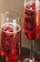 Recette Framboisine 2 bouteilles de crémant 25 cl de sirop de sucre de canne   20 cl de triple sec (cointreau, grand marnier)   750 grammes de framboises Cocktails Champagne, Cointreau Cocktails, Cocktail Drinks, Alcoholic Drinks, Beverages, Grand Marnier, Triple Sec, Cocktail Club, Juice