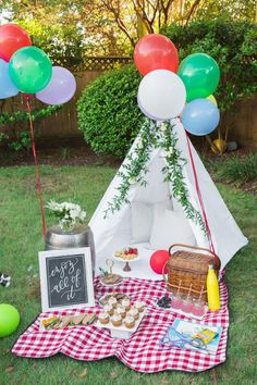 Our Backyard Picnic: Making the Most of Everyday Moments party decorations deko drinks getränke ideas ideen recipes schnelle party party drinks Picnic Decorations, Summer Party Decorations, Birthday Party Decorations, Party Themes, Ideas Party, Party Plan, Picnic Birthday, 1st Birthday Parties, Summer Birthday