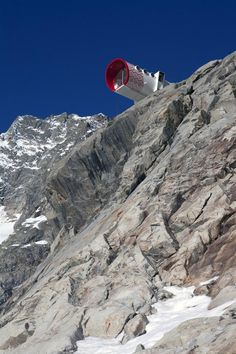 Hut installed on rock face on approach to Mont Blanc in the Alps Building Systems, Building Design, Sweet Station, Modular Homes, Science And Nature, Best Hotels, Amazing Hotels, The Great Outdoors, Climbers