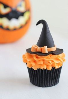 Spooky Halloween cupcake Ideas Oh My God! I took up the task of making treats for my son's school Halloween party. Besides the adorable Halloween cake pops, I Muffins Halloween, Halloween Torte, Pasteles Halloween, Dulces Halloween, Bolo Halloween, Dessert Halloween, Halloween Chocolate, Halloween Goodies, Halloween Desserts