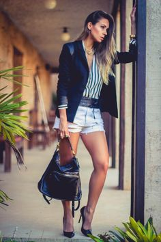 Look com blazer, scarpin , shorts jeans e bolsa de couro preta