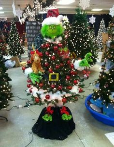 grinch christmas tree Grinch Themed Christmas Tree - 19 Most Creative Kids Christmas Trees on Pretty My Party Funny Christmas Tree, Whoville Christmas, Christmas Trees For Kids, Xmas Tree, Christmas Holidays, Christmas Wreaths, Themed Christmas Trees, Mickey Mouse Christmas Tree, Christmas Ideas