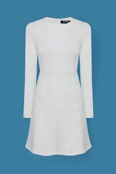 Diga sim a esta pequena coisa doce e simples. Este vestido é branco e apresenta um design vieira hem, uma linha de silhueta, estiramento no tecido, e fechado com zíper na parte traseira. Pá-lo com meias pura tornozelo, plataformas de camurça, e um olho de gato clássico.