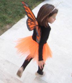 Instrucciones detalladas para hacer un disfraz de mariposa monarca con alas de cartulina y goma eva.
