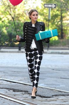 Olivia Palermo  Print de primavera junto a Central Park en Nueva York: lleva pantalones polka dots de Banana Republic Marimekko Collection y chaqueta de piel inspiración soldier, de Boda.