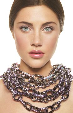 Discrete make up with a standing out chain necklace: Perfect Combination