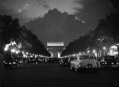 © Sabine Weiss ,Avenue des Champs Elysées ,Paris 1949