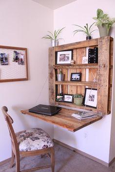 pallet furniture DIY Space-Saving Pallet Desk - The Northwest Momma Pallet Furniture Designs, Home Furniture, Furniture Ideas, Farmhouse Furniture, Pallet Desk, Pallet Tables, Space Saving Desk, Desk Plans, Diy Pallet Projects
