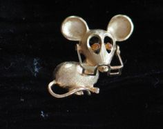 Vintage Avon Gold-tone Mouse Wearing Eye Glasses Amber Eyes Pin/Brooch in Original Box