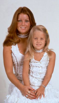 Priscilla Presley with her daughter Lisa Marie Presley Lisa Marie Presley, Elvis E Priscilla, King Elvis Presley, Elvis Presley Family, Elvis Presley Photos, Young Priscilla Presley, Beautiful People, Most Beautiful, Beautiful Bride
