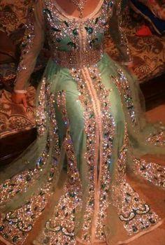 Ryad du caftan More Morrocan Dress, Moroccan Caftan, Arab Fashion, African Fashion, Muslim Fashion, Fashion Women, Middle Eastern Fashion, Oriental Dress, Arabic Dress