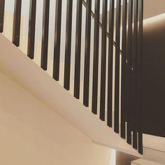 """Architect's Home in 🇫🇮 sanoo Instagramissa: """"Kellarin portaikko on saanut rimaseinän, joka korvaa samalla myös kaiteen. Näitä rimojahan maalailin silloin pari viikkoa sitten. Todella…"""" Stairs, Instagram, Home Decor, Stairway, Decoration Home, Room Decor, Staircases, Home Interior Design, Ladders"""