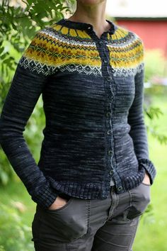 I want to knit this so very bad! It's so perty!!! Ravelry: Nasti's Bergen (free pattern)